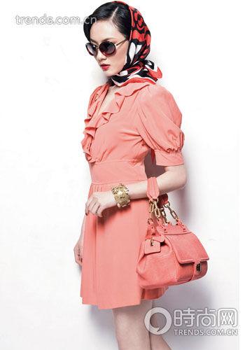 丝巾服装搭配方案 让你轻装又美丽