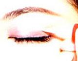 在你想要的双眼皮宽度的位置,画上双眼皮胶水
