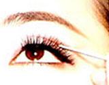 睁开之后,请不断的用双眼皮叉子描画双眼皮的褶痕
