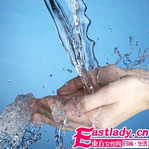 洗脸之前要先用洗手液将手洗干净