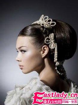 复古发髻+珍珠发饰