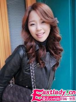 秋季最新韩国街拍时尚大卷发