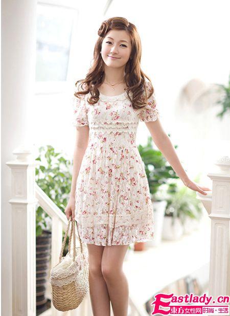 2012夏装新款韩版碎花蕾丝连衣裙+草编手提袋让人更显清新可爱