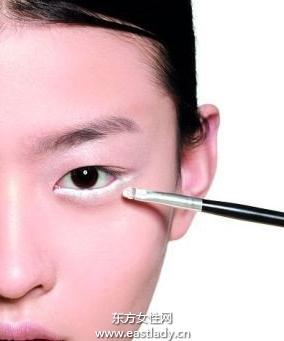 正确使用眼线笔轻松画出完美眼线