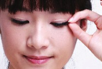 芭比式假睫毛贴法打造可爱妆容