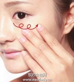 使用遮瑕品填平T区、脸颊粗大毛孔