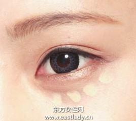 涂粉底后脸部肤色比较均匀 但黑眼圈还是明显