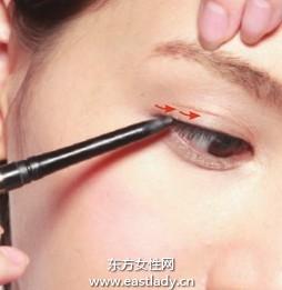 铅笔式眼线笔勾勒自然眼线