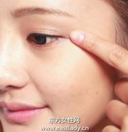 使用膏状眼影打造自然眼妆