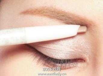 用眉笔塑造粗度与色调适中双眉