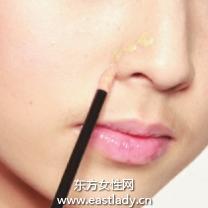 使用遮瑕液遮盖泛红鼻翼