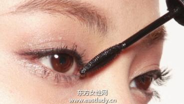 使用纤长型睫毛膏打造卷翘纤长睫毛