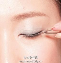 粘贴眼尾局部假睫毛的贴法