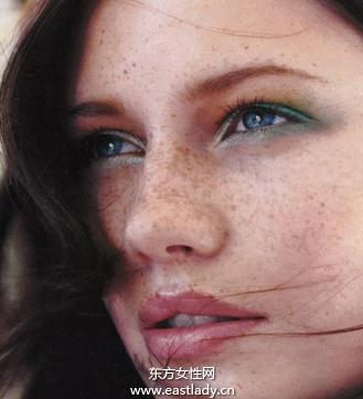 遮瑕膏VS粉底巧盖脸上斑点