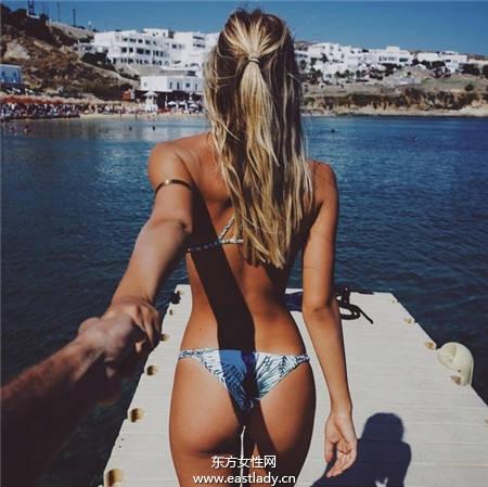 去海边和情侣拍泳装照 这样拍才够夯