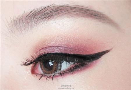 简单小技巧画出漂亮又对称的眼线