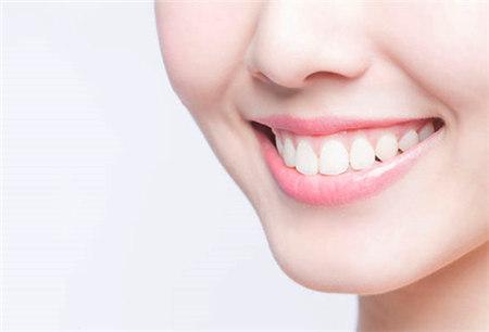 唇色反映你身体健康状况 嘴唇太干切勿口水舔嘴唇