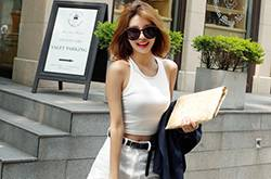 夏季时尚装扮搭配 白色背心穿出不一样的时尚感