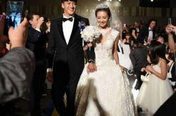 何润东台北婚礼 群星来贺新娘霸气强吻新郎