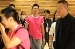 王凯出席活动穿粉嫩装 与工作人员撞衫获多人护驾