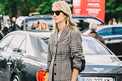 2017春夏米兰时装周街拍 奶奶风格纹单品正流行
