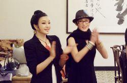 张敏刘晓庆合影 两大气质女神同台魅力比拼