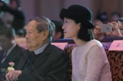 杨振宁与妻子现身 40岁翁帆气质出众