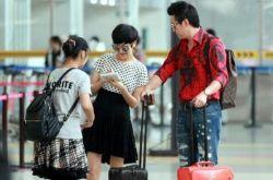 """陆毅夫妇现身机场 鲍蕾为""""虹桥一姐""""送签名"""