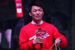 王宝强出席活动 首执导筒坦言自己也是学生