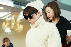 李易峰现身机场 穿高领白毛衣化身暖男