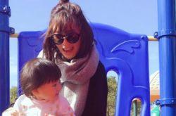 贾静雯与女儿 公园玩耍身材依旧纤瘦