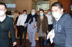 刘銮雄穿睡衣离开医院 甘比全程扶挽细心照顾