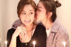 阿sa为阿娇庆祝生日 亲脸颊扎马尾甜笑似少女
