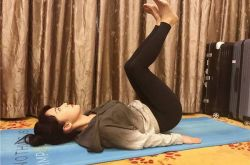 李念锻炼 苦练瑜伽经纪人在一旁吃宵夜
