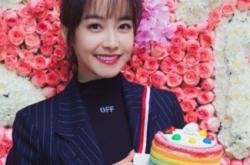 宋茜30岁生日 剧组庆生空气刘海少女味十足