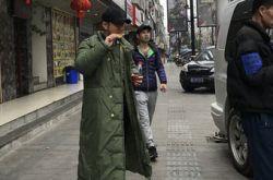 黄晓明开工造型 穿军大衣吃着烤馒头片辣眼睛