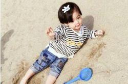 贾静雯带女儿游玩 咘咘躺沙滩上乖巧可爱
