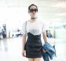 宋茜现身机场 白T皮裙尽显时尚魅力