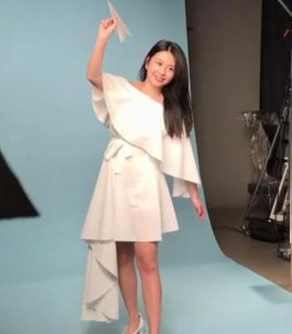 邱淑贞15岁女儿拍摄广告 首次公开出境有点小紧