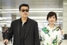 赵雅芝与老公手牵手现身机场 结婚数十年还这么