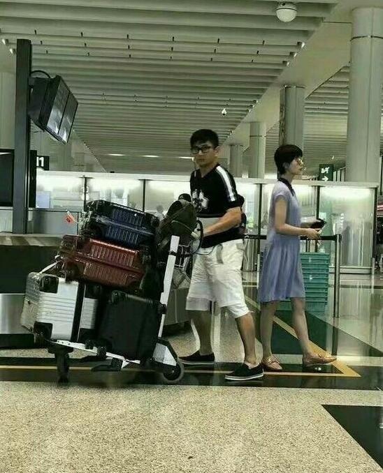 又秀恩爱!刘诗诗吴奇隆机场合体