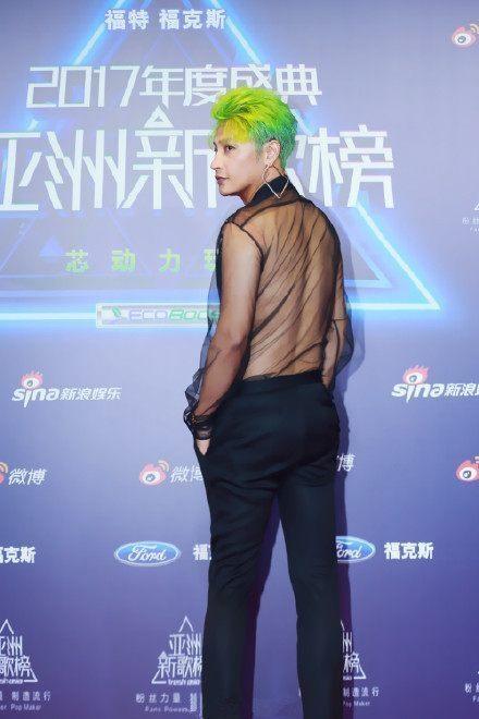 小虎队陈志朋染绿发着透视装亮相 网友:一把年纪还博眼球