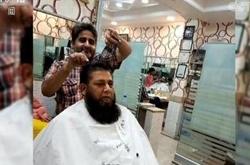 男子同时拿15把剪刀理发 技艺高超收费实惠