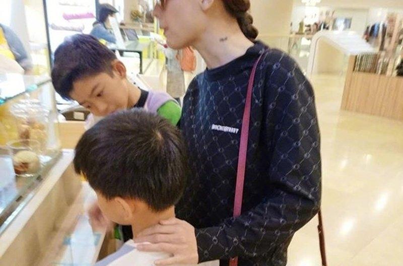 张柏芝带俩儿子逛街