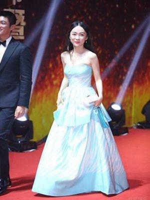 同样都是抹胸裙,霍思燕和江一燕穿出了两种不同风格