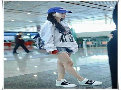 李小璐与霍思燕同穿短裤秀腿,网友:发黑的双膝证明了谁更清新